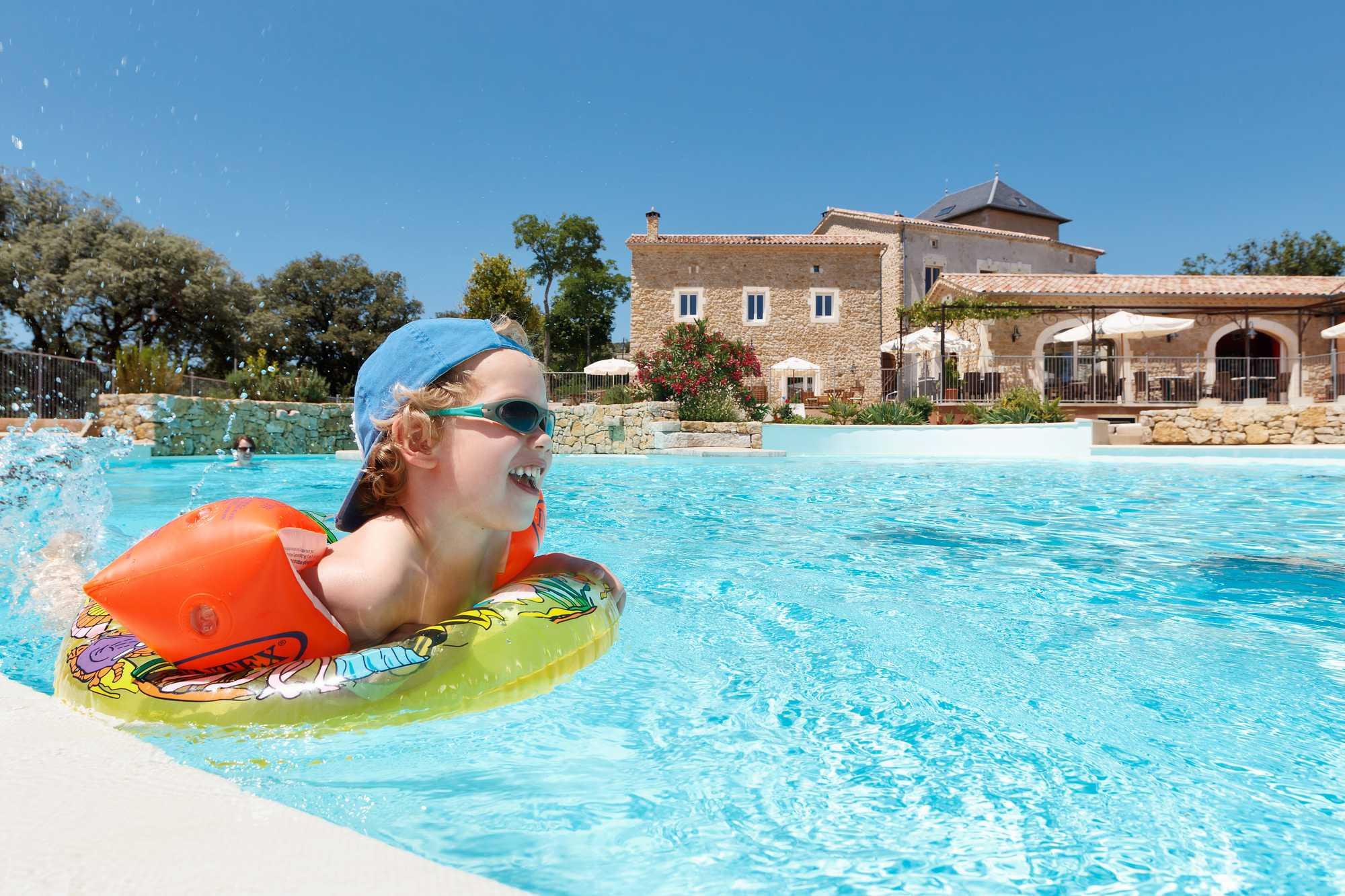 enfant avec bouée dans bassin