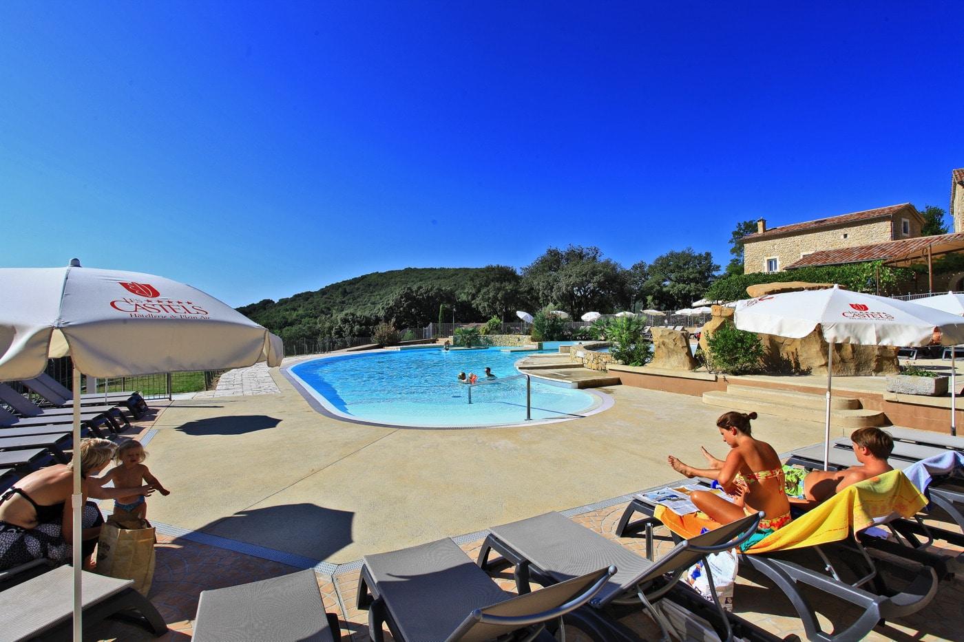 solarium du camping en Ardèche avec piscine