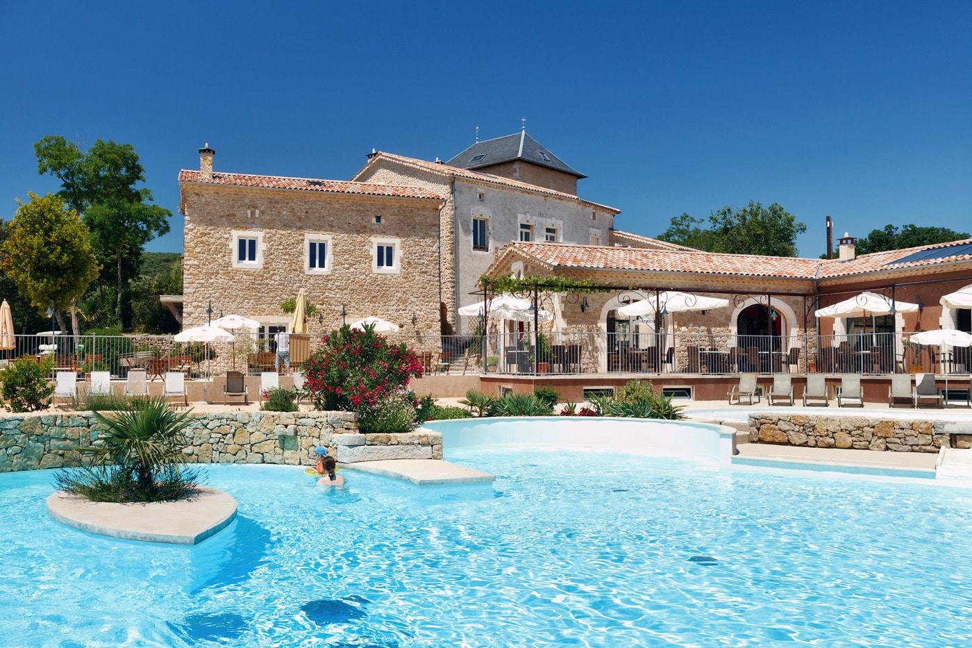Domaine de Sévenier 5 étoiles et sa piscine