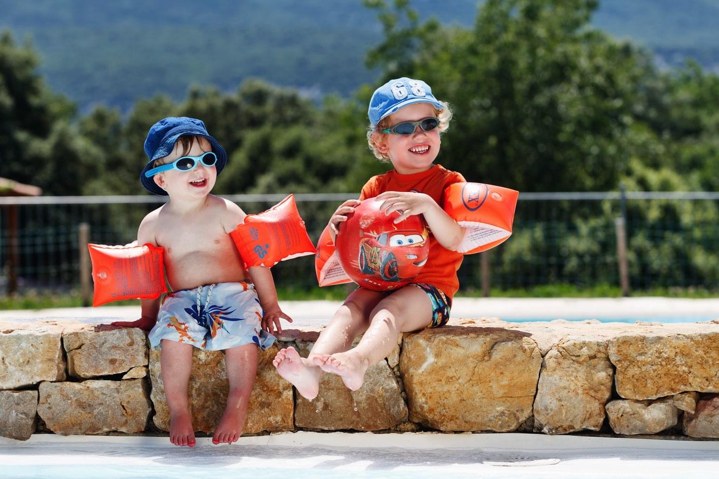 enfants dans la pataugeoire du camping Ardèche
