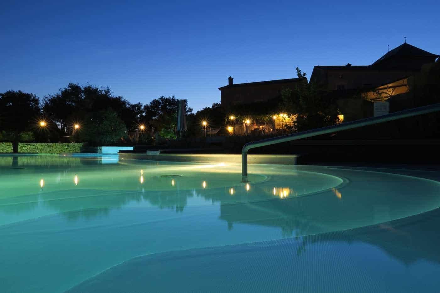 piscine du camping en Ardèche le soir