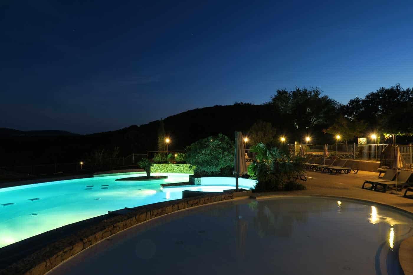 vue nuit du bassin du camping Ardèche