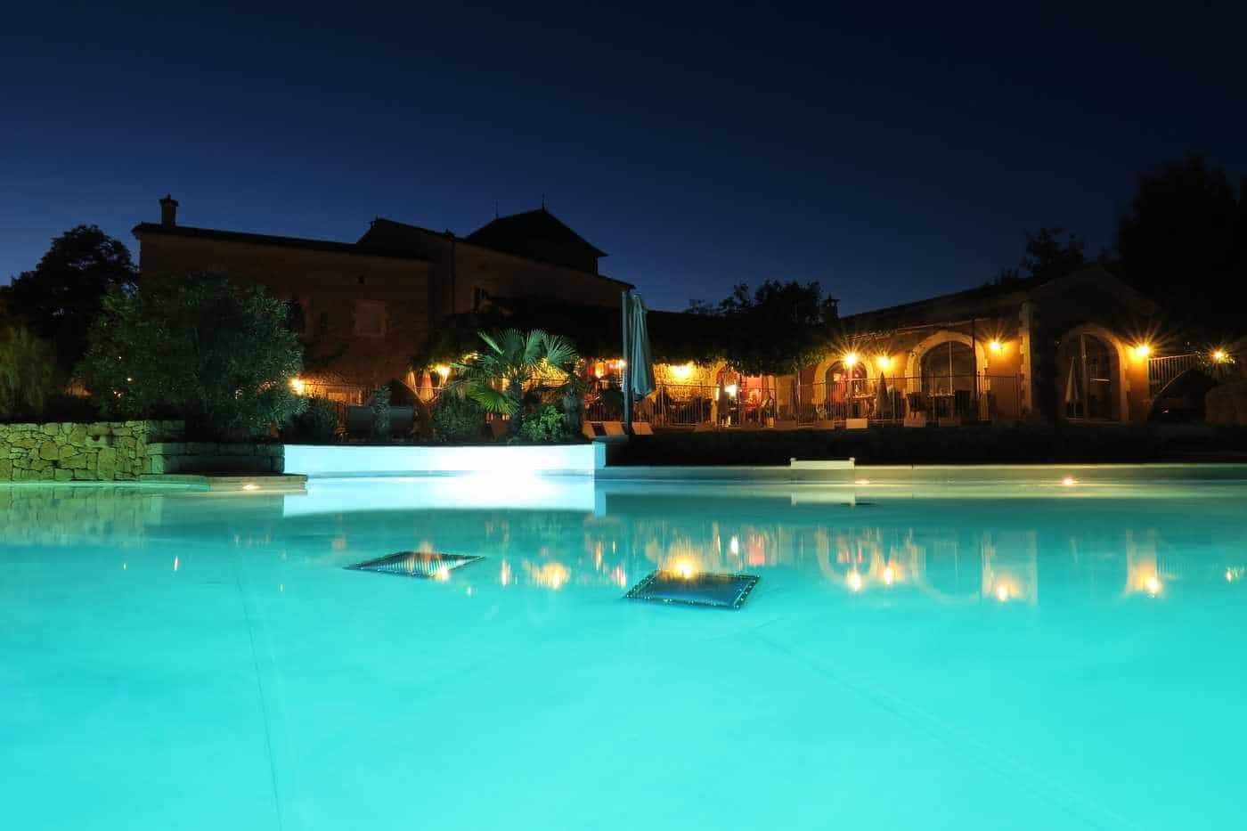 vue nuit de la piscine du camping en Ardèche